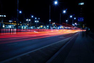 Na czym polega sterowanie oświetleniem ulicznym, jakie zalety